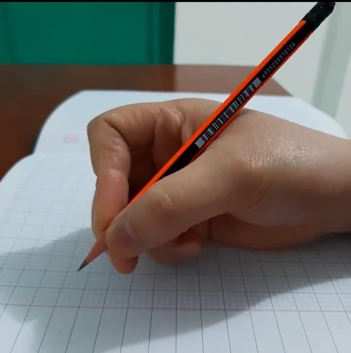 Cách cầm bút đúng dành cho bé