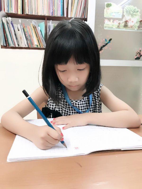 Cách cầm bút viết chữ đẹp đúng